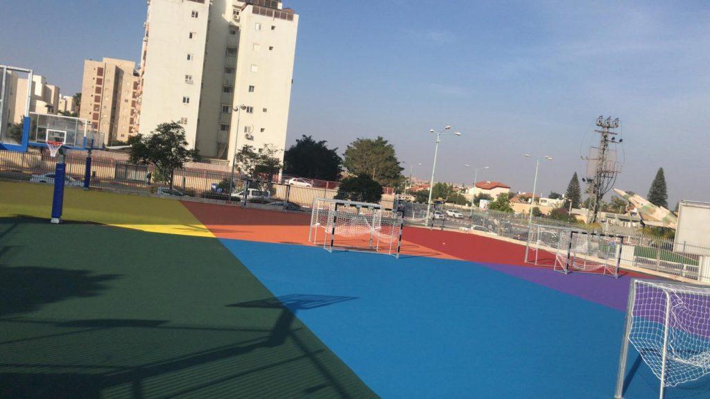שיפוץ מגרשי ספורט בצבעים